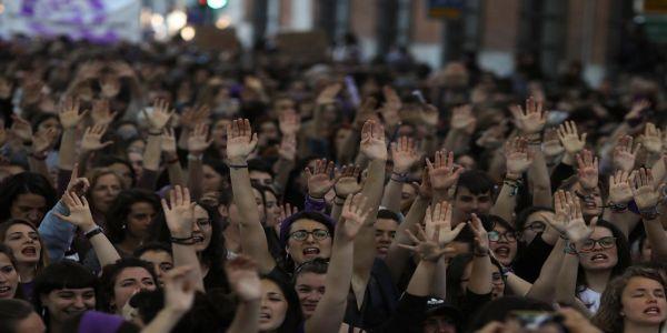 Χιλιάδες γυναίκες στους δρόμους της Ισπανίας βροντοφώναξαν: «Δεν είναι κακοποίηση, είναι βιασμός» - Ειδήσεις Pancreta