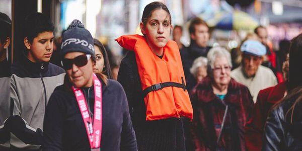 """Ελληνικό …σωσίβιο """"περιφέρεται"""" στην Νέα Υόρκη για τα νεκρά προσφυγόπουλα στο Αιγαίο - Ειδήσεις Pancreta"""