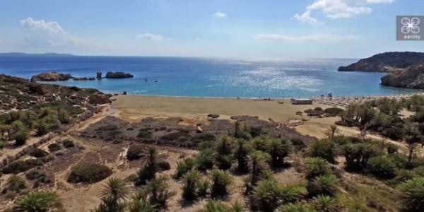Το φοινικόδασος των πειρατών με την εξωτική παραλία