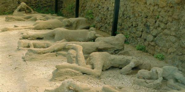 24 Αυγούστου 79: Εκρήγνυται ο Βεζούβιος, θάβοντας κάτω από τη λάβα τις πόλεις Πομπηία, Ηράκλεια, Ερκολάνο και Σταβίες