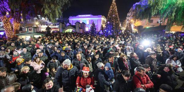Ηράκλειο: Αψήφησαν το κρύο και τη βροχή και υποδέχτηκαν τη νέα χρονιά στην πλατεία (φωτο) - Ειδήσεις Pancreta
